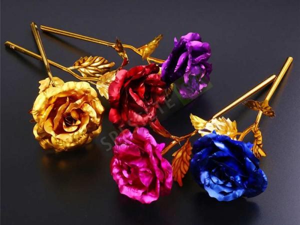 Красива позлатена роза